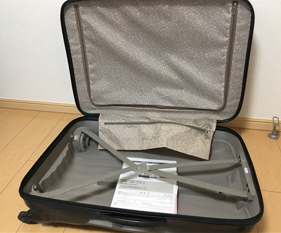 DMMレンタルのスーツケースの内装1